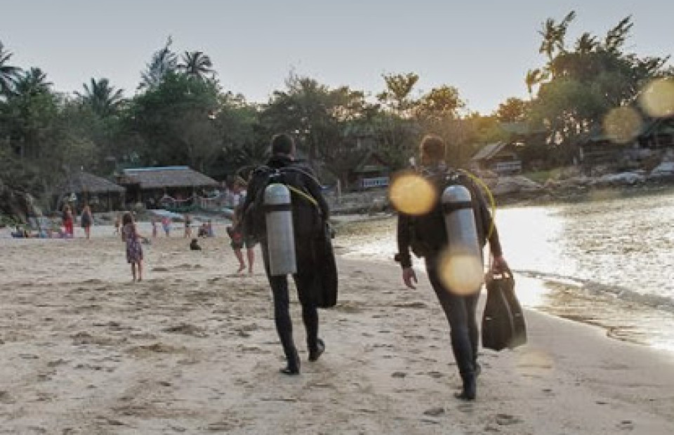 scuba-divers-walking-on-the-beach